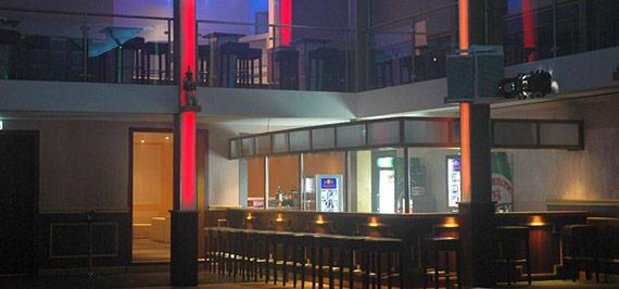 Galerie Lounge mit eigener Bar: ab 20 Personen 100 € inkl. 1 Flasche Champagner